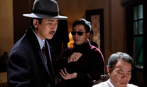 Hứa Vĩ Văn (trái) và đạo diễn Nguyễn Hữu Hoàng (giữa) trên trường quay.