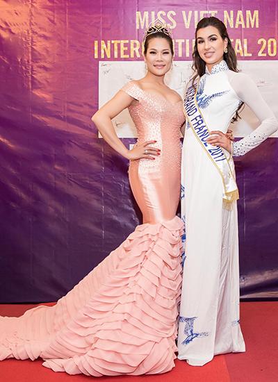 Hoa hậu Hòa Bình Pháp 2017 - Sonia Mansour (phải) cũng là giám khảo cuộc thi.