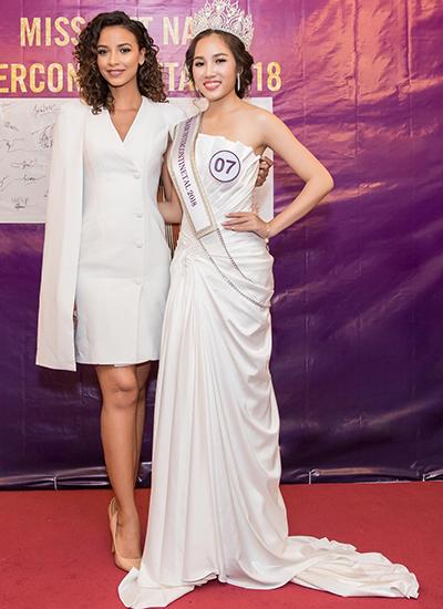 Trần Ngọc Châu (phải) là người đăng quang cuộc thi. Cô cao 1,72 m,quê Nha Trang , đang theo học chuyên ngành quản trị kinh doanh tại Pháp.