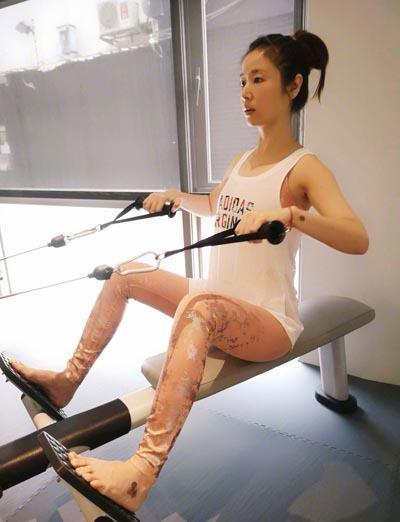 Người đẹp tiết lộ trên cosmopolitan (Hong Kong) khi không làm việc, cô hạn chế trang điểm. Hàng ngày, người đẹp áp dụng các phương pháp massage giúp săn chắc cơ mặt.