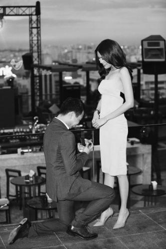 Bạn trai của người mẫu sắp đặt buổi cầu hôn tại sân thương của một toà nhà tại trung tâm TP HCM.