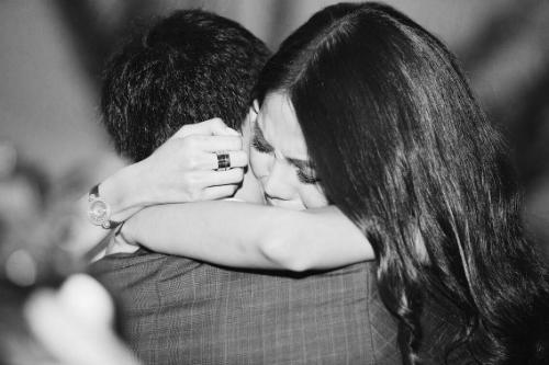 Lan Khuê bật khóc trong vòng tay bạn trai vì bất ngờ và hạnh phúc.