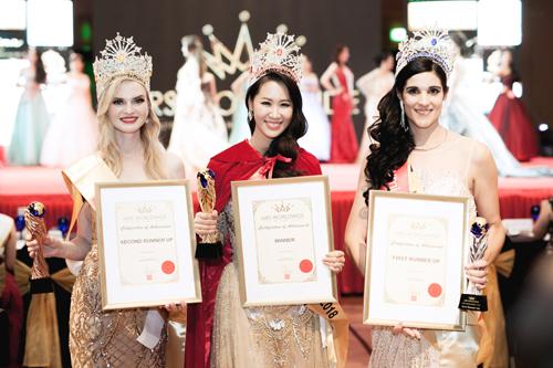 Dương Thùy Linh đăng quang Mrs. Worlwide tại Singapore vào tối 24/6 theo giờ địa phương.