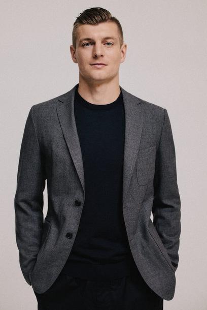 Cách anh tạo điểm nhấn cho những bộ vest mang đến vẻ ngoài trẻ trung nhưng vẫn sang trọng.