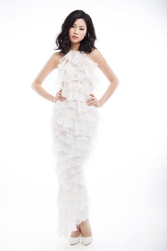 Người đẹp biển Đào Thị Hà nửa kín nửa hở với váy xuyên thấu