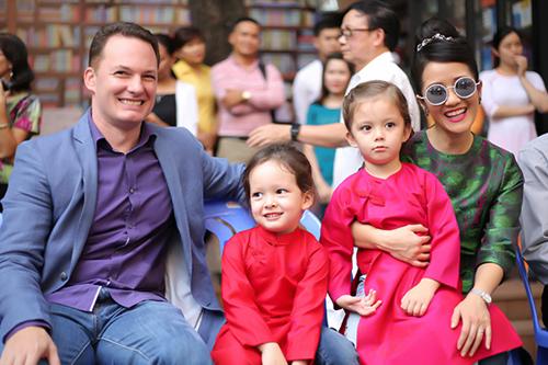 Hồng Nhung vừa tuyên bố chia tay với chồng Tây nhưng cả hai vẫn sẽ cùng nhau chăm sóc hai con.