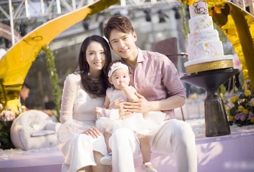 Vợ chồng Đổng Tuyền bên con gái.