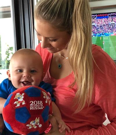 Anna Kournikova đăng bức ảnh con trai 5 tháng tuổi lên trang cá nhân, mừng World Cup tổ chức tại Nga.