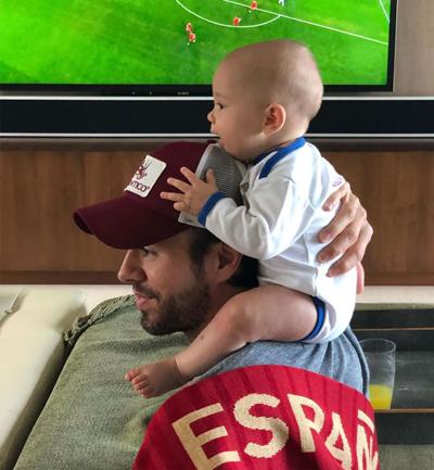 Ca sĩ Enrique Iglesias cũng đăng ảnh cõng một trong hai con song sinh khi đang xem trận Tây Ban Nha gặp Bồ Đào Nha tại World Cup 2018.