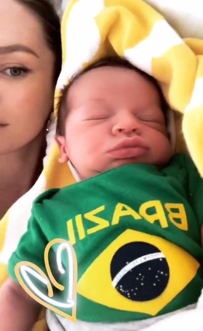 Người mẫu Chrissy Teigen ủng hộ đội Brazil bằng cách mặc đồng phục cho con trai Miles.