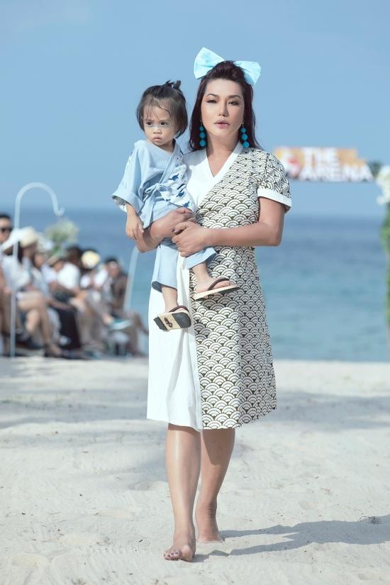 Cindy Thái Tài bế bé 2 tuổi catwalk