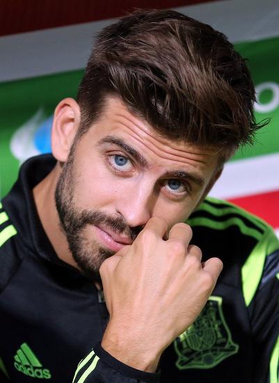 Với đôi mắt xanh, thân hình vạm vỡ và chiều cao 1,91 m,trung vệ Gerard Pique được đánh giá là cầu thủ hấp dẫnnhất trong đội hìnhTây Ban Nhadự World Cup 2018. Bộ râu quai nón lãng từcũng là điểm nhận diện rất đặc trưng của cầu thủ này.
