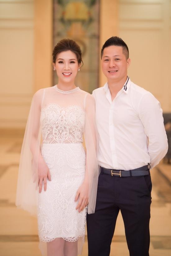 Phan Hoàng Thu, Hương Giang lên thảm đỏ với mốt ngực trần