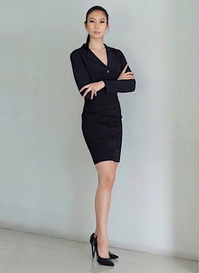 Ở nơi công sở, cô thườngchọn các chân váy bút chì ôm dáng, tôn chiều cao.