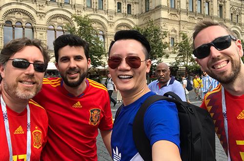 Hoàng Bách giao lưu với các fan đến từ Nam Mỹ, Mexico, Croatia.
