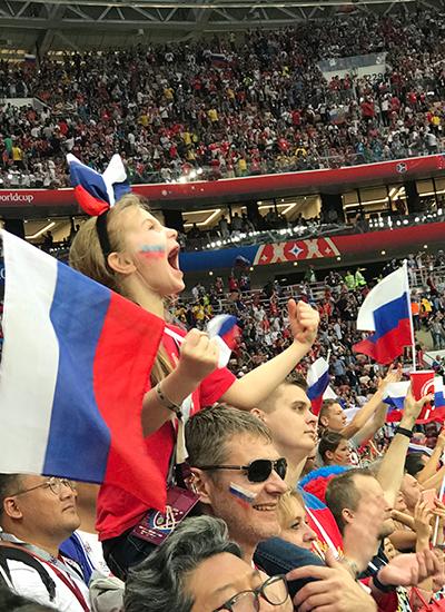 Cuối cùng chiến thắngthuộc về người Nga. Hoàng Bách chia sẻ anh chứng kiến cả sân vận động gần 80 nghìnngười như rung chuyển.