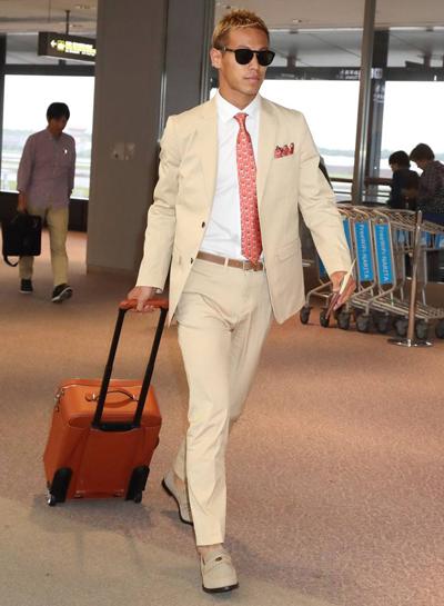 Thời trang sân bay của Honda Keisuke được Vogue khen ngợi. Tạp chí đánh giá cao sự kết hợp giữabộ suit màu be và giày da lộn cùng màu của anh. Cây bút Ellie Pither nhận xétcách phối đồ của anh mang nét quyến rũ kiểu Italy. Ellie cho rằng Honda xứng đáng ngồi ở hàng ghế đầu của nhiều buổi biểu diễn thời trang cao cấp.