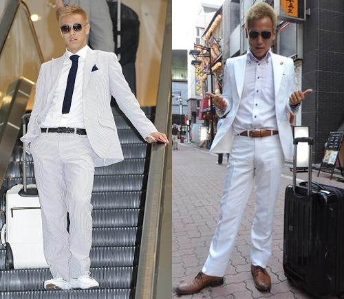 Khi mặc phong cách white on white, Honda sử dụng giày, thắt lưng hoặc cà vạt tối màu để tạo điểm nhấn cho set đồ.
