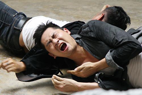 Minh Luận gặp chấn thương sau cảnh giằng co với tội phạm.