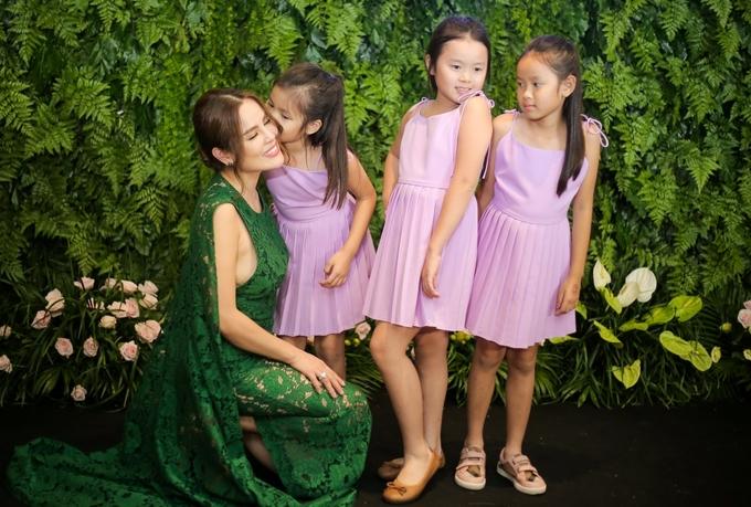 Hoa hậu Phương Lê dắt ba con gái nhỏ đến sự kiện