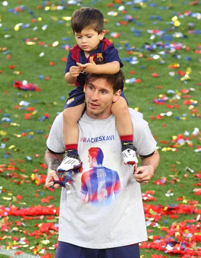 Thiago và bố trên sân cỏ năm 2015. Ảnh:closermag.