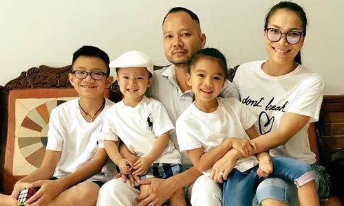 Ca sĩ Hồng Ngọc bên chồng và các con.