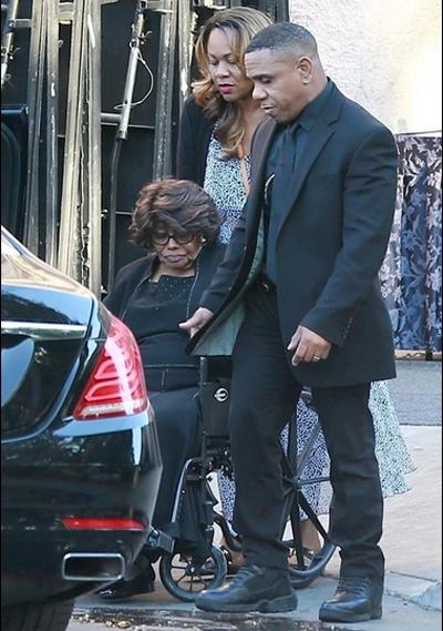 Bà Katherine Jackson phải di chuyển bằng xe lăn.