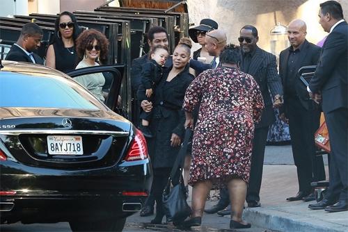 Ngày 3/7, gia đình Jackson tề tựu một lần nữa để tưởng nhớ Joe Jackson. Con, cháu, vợ của nhà quản lý âm nhạc ăn trưa tại một nhà hàng ở California. Joe Jackson qua đời ở tuổi 89 tại nhà riêng ở Los Angeles. Trước đó, ông nhập viện vì biến chứng của bệnh ung thư giai đoạn cuối.