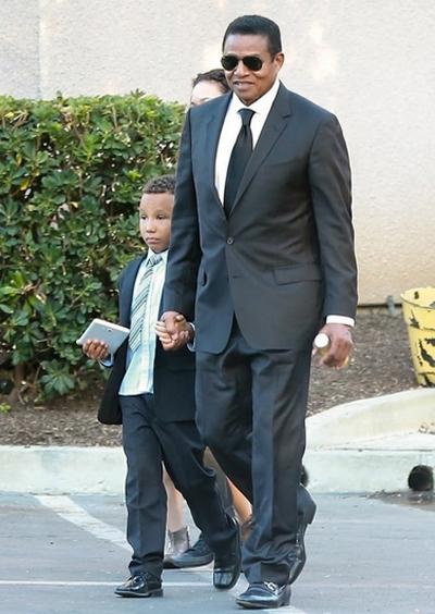 Jackie Jackson, thành viên sáng lập Jackson 5, bên con trai.