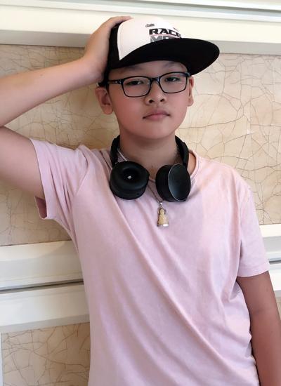 Năm nay Tiểu Long 11 tuổi, sắp lên học cấp hai, trông chững chạc.