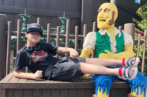 Anh Thư đưa con trai đến các đia điểm như: Lego land, Universal studio tham quan và chơi các trò cảm giác mạnh.