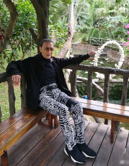 Tạ Hiền ngoài 80 tuổi vẫn chuộng quần rách, áo sành điệu