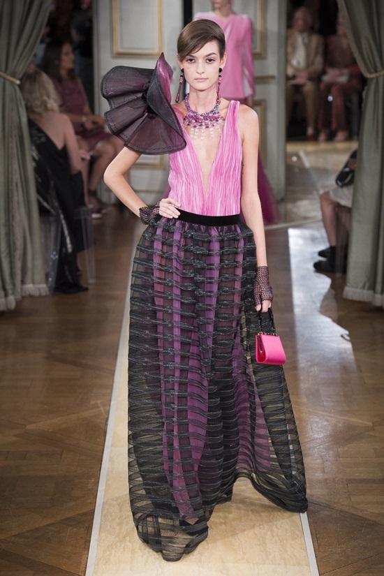 Váy tạo hiệu ứng tăng vòng ba của Armani