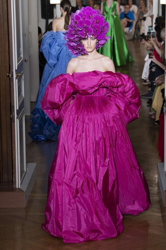 Valentino giới thiệu bộ sưu tập váy quá khổ