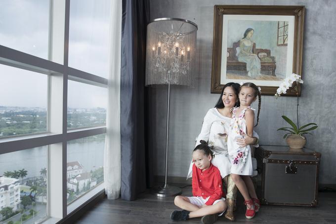 Hồng Nhung quây quần bên hai con trong nhà riêng