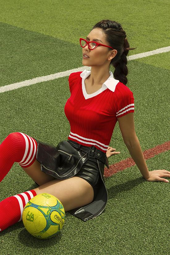 Nguyễn Thị Loan chụp ảnh theo chủ đề World Cup