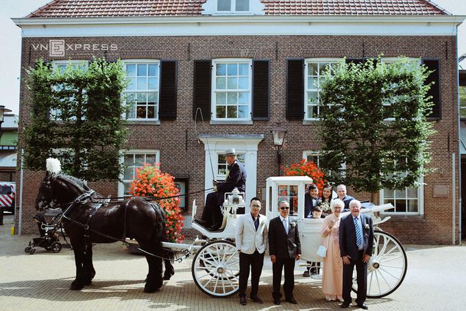 Chồng Tây dùng xe ngựa đưa Lý Thanh Thảo đi đăng ký kết hôn