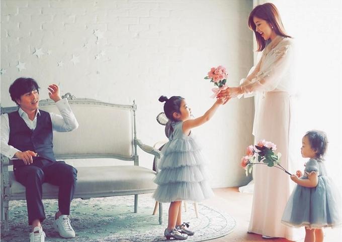 Tài tử 'Giày thủy tinh' sống bình yên bên vợ và hai con gái