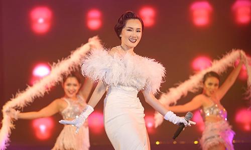 Hoàng Mỹ An khuấy động sân khấu với màn vũ đại đẹp mắt trong ca khúc Thiên đường ái ân. Cô từ Mỹ trở về biểu diễn.