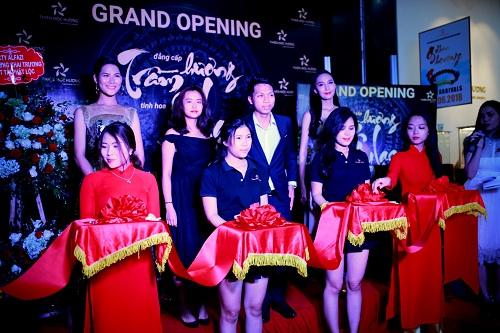 Ban lãnh đạo Thiên Mộc Hương cùng các khách mờitham dự Lễ cắt băng khánh thành showroom mới.