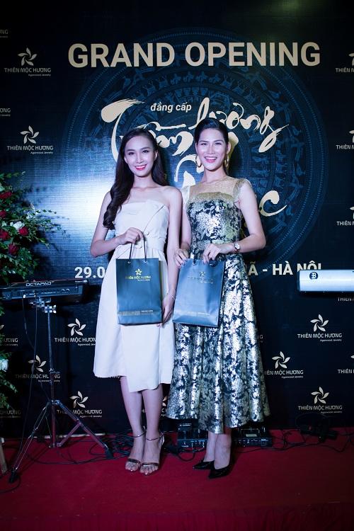 Buổi khai trương showroom có sự tham dự của Hoa hậu Thân thiệnNgọc Anh Nana (trái) và người mẫu Hồ Huyền.