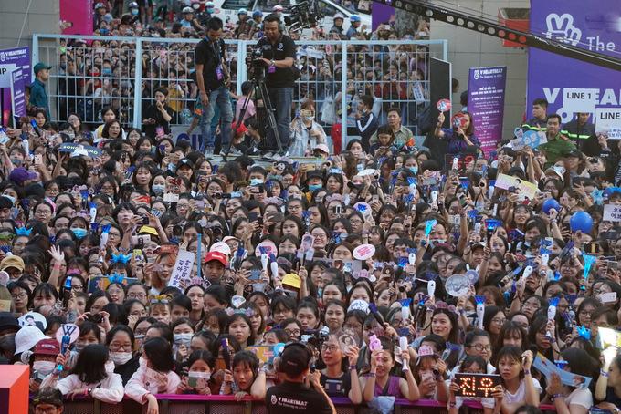 Fan Việt chen chúc, trèo rào để gặp thần tượng Hàn Quốc