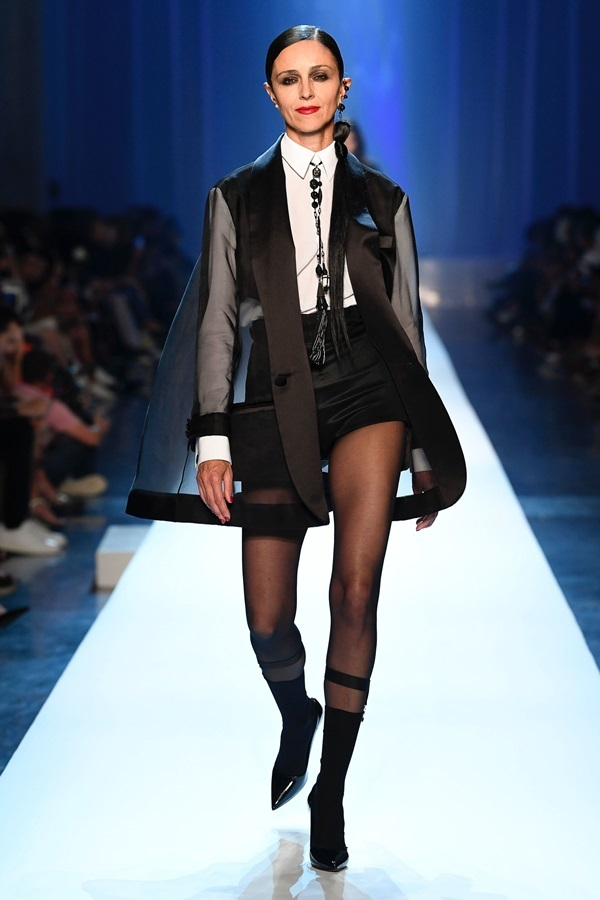 Người mẫu để hở ngực với áo trong suốt trên sàn diễn Paris