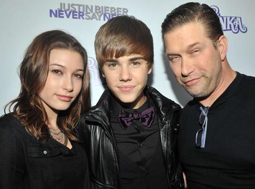 Justin Bieber và Hailey Baldwin quen nhau từ khi mới bước vào tuổi teen, cùng là gương mặt trẻ của làng giải trí. Họ là bạn thân trong một thời gian dài. Trong ảnh, Hailey cùng bố - Stephen Baldwin - tới chúc mừng buổi ra mắt phim Never Say Never của Justin Bieber tại New York. Hailey khi đó 14 tuổi, còn Justin tròn 16.