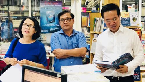 : UV Bộ Chính Trị, Trưởng Ban Tuyên Giáo Trung Ương ghé gian hàng First News  Trí Việt tại Đường sách Tp. HCM mua một cuốnGạc ma  Vòng tròn bất tử và thăm hỏi, quan tâm đặc biệt đến cuốn sách này