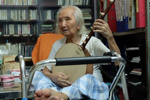Nguyễn Vĩnh Bảo chơi đàn tranh ở tuổi 101.