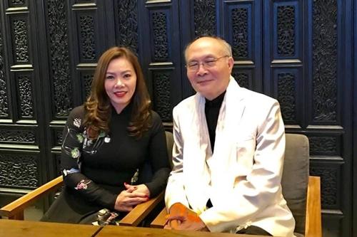 Vũ Thành An bên ca sĩ Kiều Lệ khi ông về nước cuối năm 2017.