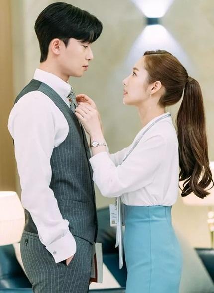 Nhiều năm trời nhân vật Mi So phải làm nhiệm vụ thắt cà vạt cho sếp.