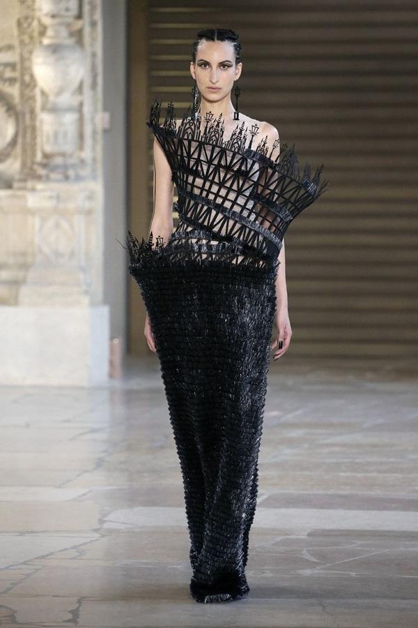 Những bộ đầm có cấu trúc độc đáo ở Tuần thời trang Paris
