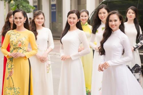 Ngọc Linhlà mộttrong số các thí sinh được chọnvào vòng Chung khảo phía Bắc Hoa hậu Việt Nam 2018 (diễn ra tại Nghệ An từ ngày 12-22/7).Xuất hiện tại buổi sơ khảo, côchọn tà áo dài trắng trơn, để tóc xõa nhẹ nhàng (giữa).